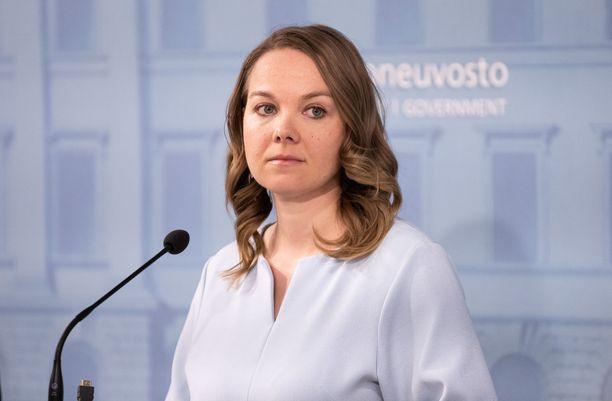 Valtiovarainministeri Katri Kulmuni (kesk) ilmoitti keskiviikkona maksavansa hänelle hankitut kalliit esiintymiskoulutukset itse.