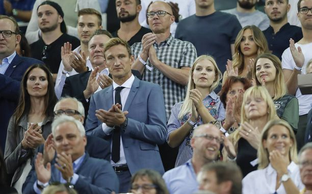 Susanna ja Sami Hyypiä antoivat aplodit Saksan maajoukkueen jättäneelle Bastian Schweinsteigerille.
