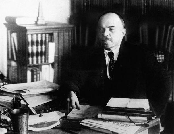 Lenin työpöytänsä ääressä vuonna 1920.