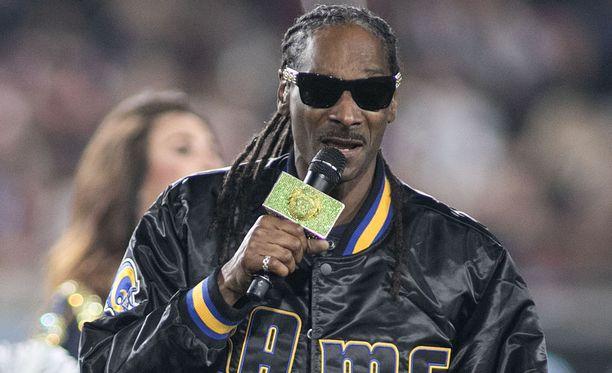 Räppäri esiintyi NFL-ottelussa Los Angelesissa tammikuussa.