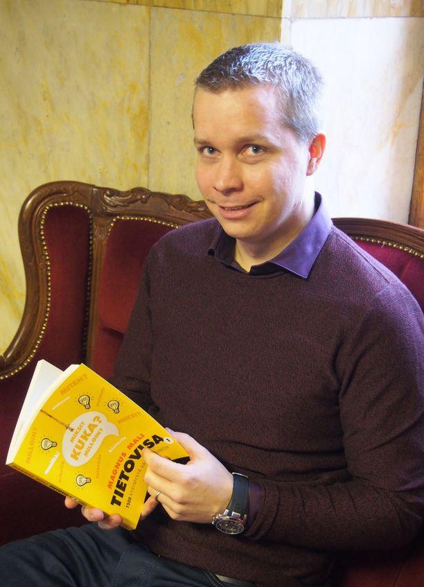 Magnus Mali saa ideoita tietovisakysymyksiin muun muassa netistä, lehdistä, televisiosta ja radiosta. Myös virikkeellinen työympäristö kansainvälisellä hotellialueella on Malin mukaan auttanut urakassa.