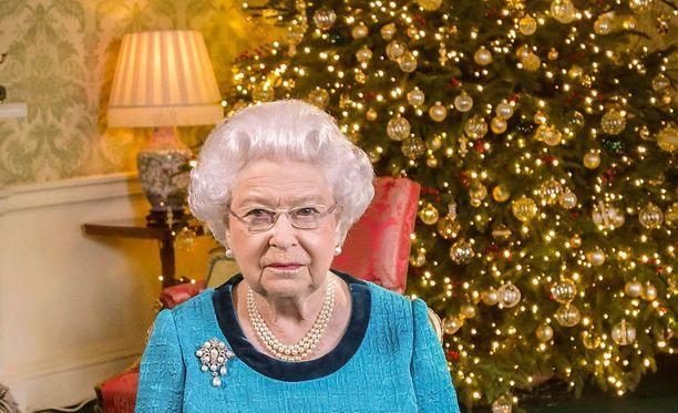Kuningatar Elisabet toipuu flunssasta mutta on hengissä.