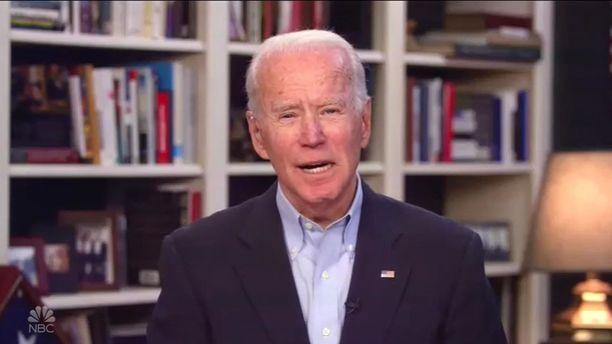 Joe Biden on antanut etätelevisiohaastatteluita omasta olohuoneestaan.