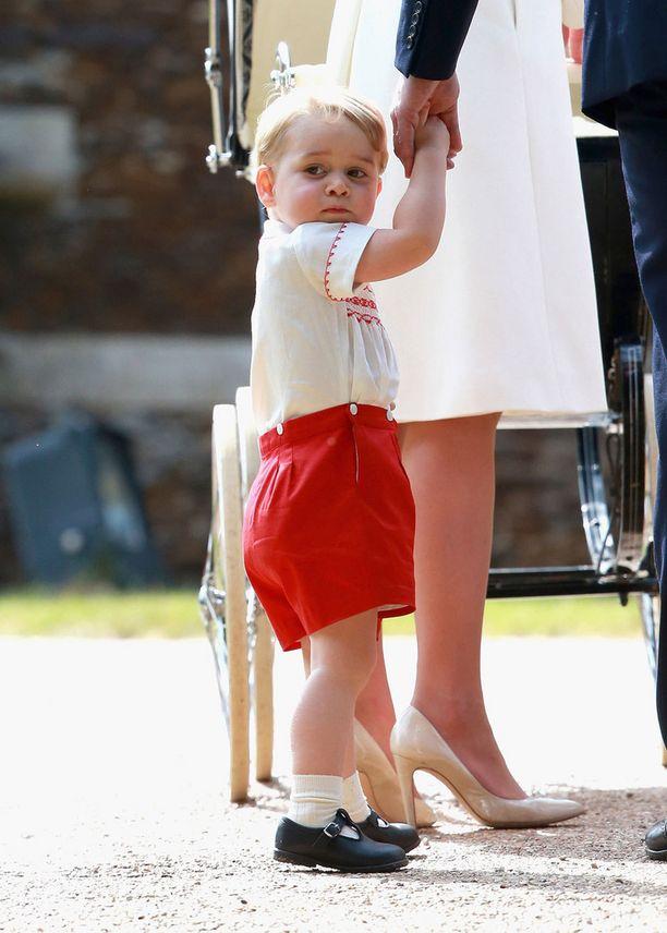 Tältä prinssi George näytti siskonsa ristiäisissä.