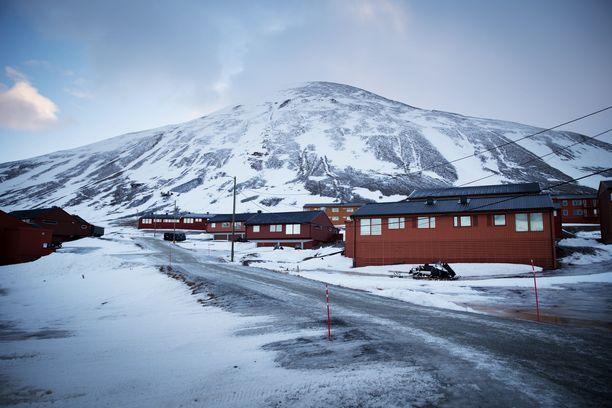 Jylhät vuoret ympäröivät asutuskeskus Longyearbyeniä Norjassa. Kuvituskuva.