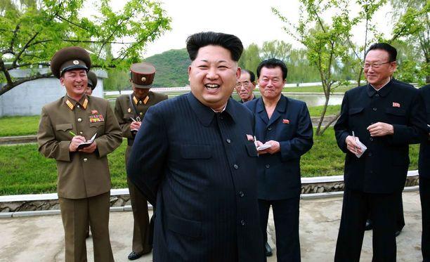 Kim Jong-un tekee tarkastusta kalankasvattamoon tässä pohjoiskorealaisen uutistoimiston julkaisemassa kuvassa.