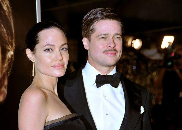 Katse Brangelinan hiuksiin! Tässä kuvassa Angelinalla on sliipattu poninhäntä, ja Bradilla skarpiksi sudittu kampaus...