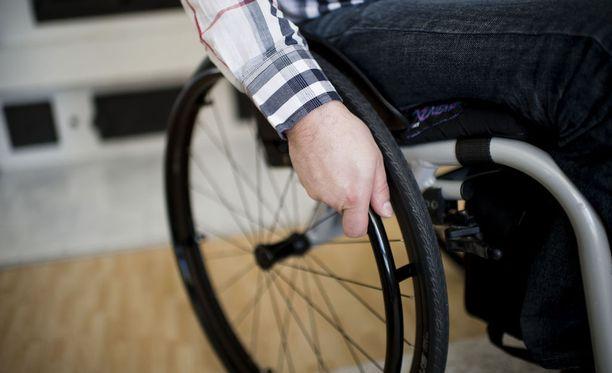 Pyörätuolilla liikkuvaa asiakasta siirrettiin vaarallisessa tilanteessa porraskiipijällä. Kuvituskuva.