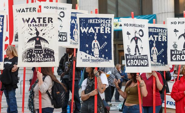 Putkea ollaan rakentamassa Standing Rock Sioux -heimon maiden läpi. Putki uhkaa vaarantaa alueen vesivarannot.