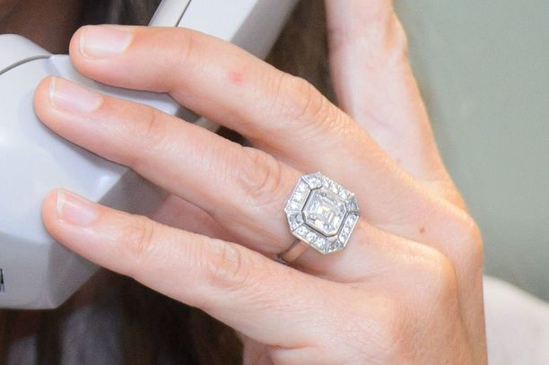 Catherine sai kihlautuessaan sormeensa prinsessa Dianan kuulun sinisafiirisormuksen. PIkkusiskon art deco -sormus ei kalpene sen rinnalla.