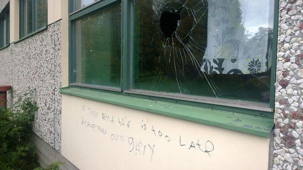Koululla oli jälleen rikottu ikkuna ja töhritty seiniä.