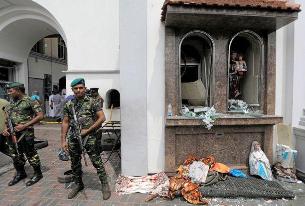 Sri Lankan armeijan viranomaiset seisovat vahdissa St. Anthony's Shrine -kirkolla.