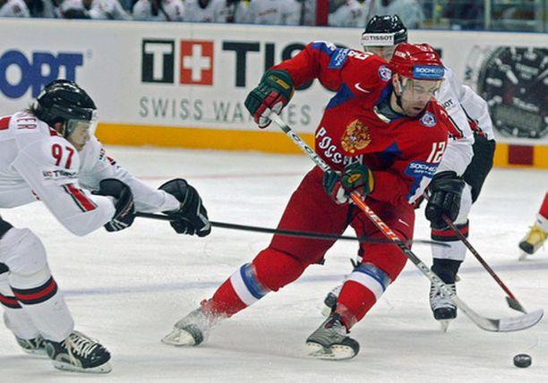 Kari Lehtonen oli Suomen voiton takuumies. Taitoja ihastelemassa Pekka Saravo ja Sveitsin Romano Lemm.