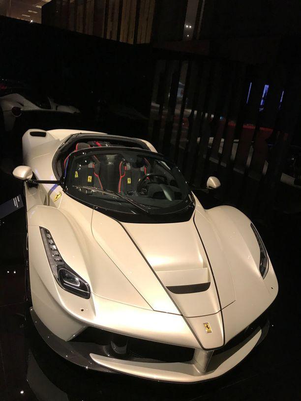 Uusin näyttelyn autoista on La Ferrari Aperta 2016. Tämä kaunotar on brittikokki Gordon Ramsayn näyttelyyn lainaama.