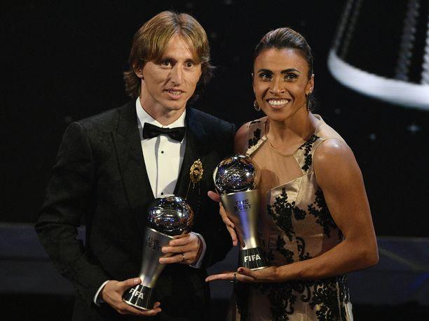 Luka Modric ja Marta pokkasivat arvostetut palkinnot maanantai-iltana Lontoossa.