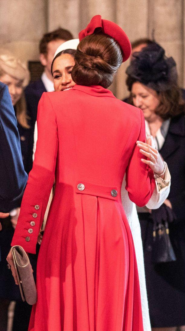 Herttuattaret tervehtivät toisiaan sydämellisesti poskisuudelmin.