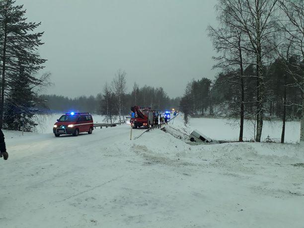 Pelastuslaitos hinasi järveen uponneen ajoneuvon pinnalle.