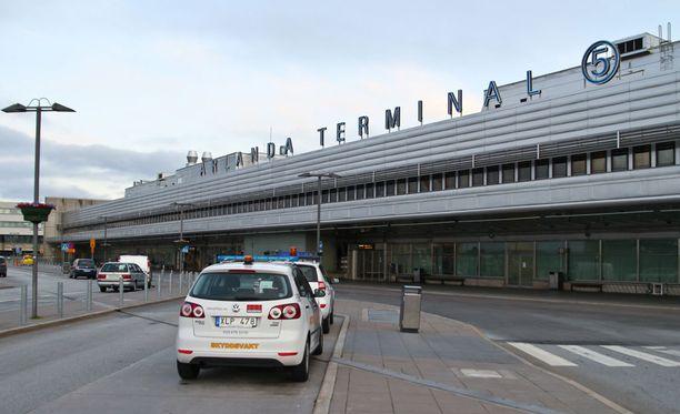 Arlandan lentokentälle laskeutuneesta koneen ruumasta löytyi mies.
