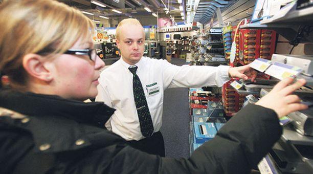 OSTAJAT VALPPAINA Gigantin myyjä Janne Vesamäki kertoo, että ostajat tietävät nykyisin jo varsin hyvin, minkälaisen digiboksin he tarvitsevat.
