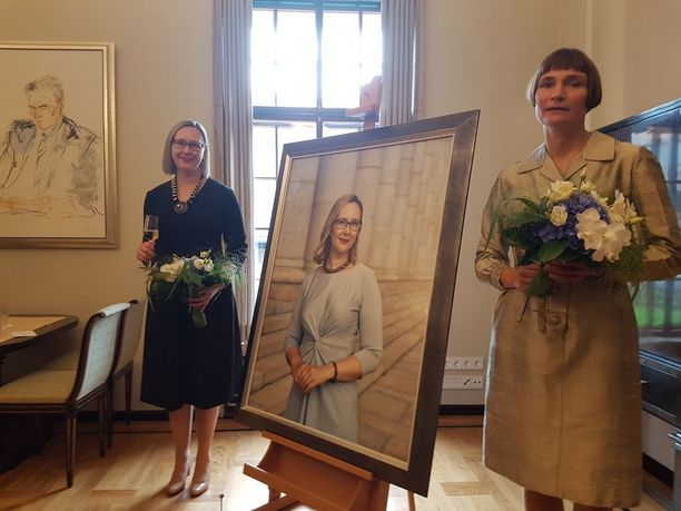 Lohelan muotokuva paljastettiin tiistaina eduskunnassa. Muotokuvan on tehnyt valokuvaaja Elina Brotherus.