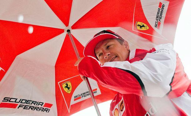 Kimi Räikkönen antaa piut paut formulahuhuille.
