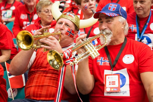 Norjalaisia urheilufaneja kannustamassa maansa naisten käsipallojoukkuetta.