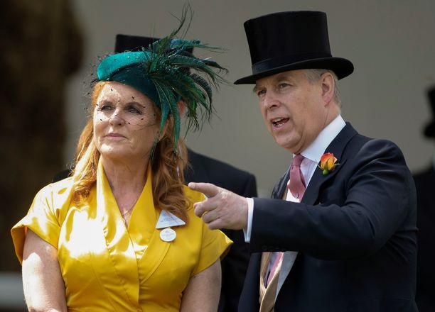 Prinssi ja herttuatar tulevat edelleen hyvin toimeen keskenään. Tässä kuvassa prinssi selostaa ex-vaimolleen laukkakisoja.