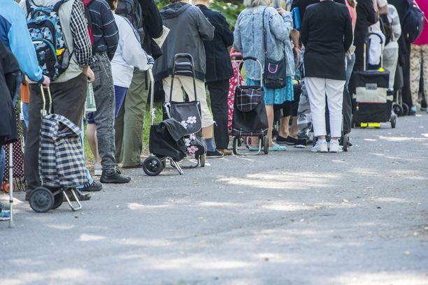 Leipäjonot olivat 90-luvun laman symboli, eivätkä ne sen jälkeen Suomesta kadonneet. Kuva Helsingin Myllypurosta vuodelta 2017.