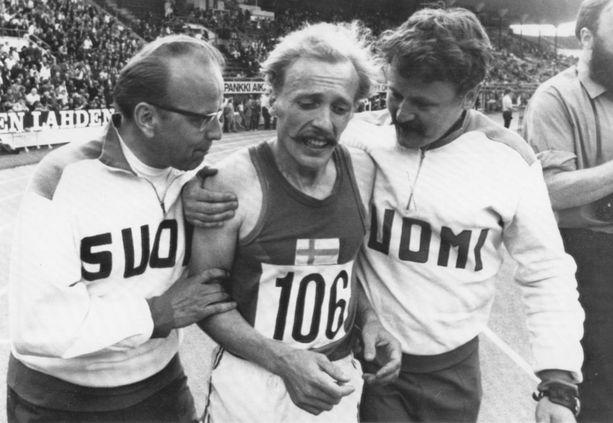 Seppo Tuominen (keskellä) rikkoi vuonna 1971 Ranskassa 20 000 metrin ja tunnin juoksun SE:t.