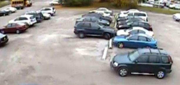 Kaushal ei saa autoaan pysymään ruudussa, vaan ajaa päin toisia autoja.