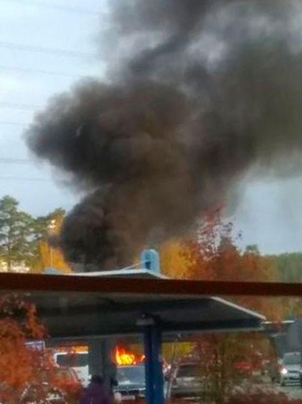 Poliisin käsityksen mukaan isä oli ensimmäinen henkilö, joka huomasi palavan auton parkkipaikalla.