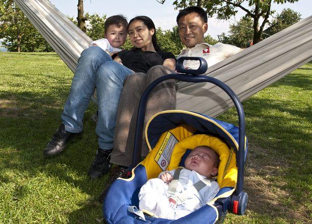 Donghua Lin (takana oikealla) perhe kuvattiin vuonna 2012 heidän kotimaassaan Sveitsissä. 7-vuotiaan menehtynyt Janis (edessä) oli tuollois vasta vauva.
