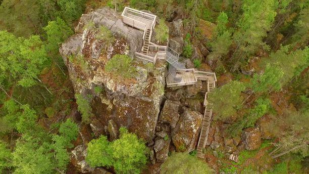 Ilveskiven huipulle voi kivuta portaita pitkin.