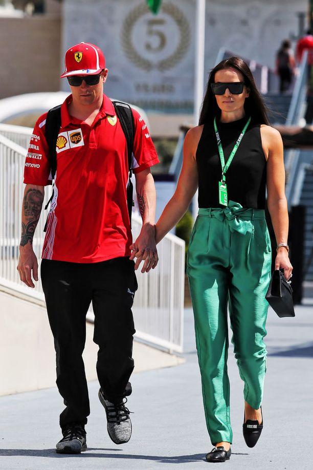 Kimi ja Minttu Räikkönen kävelivät käsi kädessä F1-varikolla.