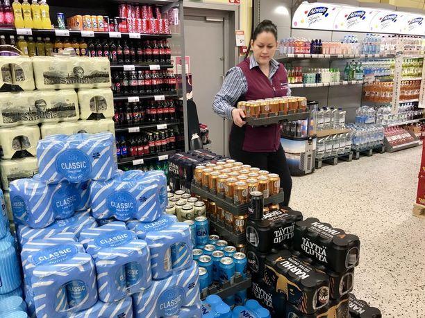 Suomalaisten selvä enemmistö haluaa näiden tuotteiden rinnalle myös viinin. Kauppias Silja Törrönen asetteli perjantaina nelosoluita Lohjan Lempolan K-Supermarketissa.
