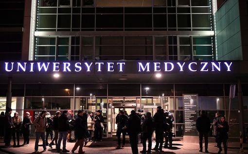 """Puolalaista pormestaria puukotettiin varainkeruutilaisuudessa – on sairaalassa kriittisessä tilassa: """"Lähitunnit ratkaisevat"""""""