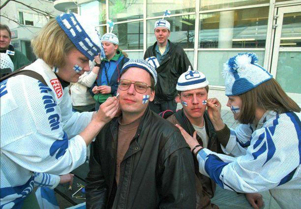 Jenni ja Noora Torkkomäki maalasivat faneille Suomen lippuja kasvoihin maailmanmestaruusfinaalin alla.