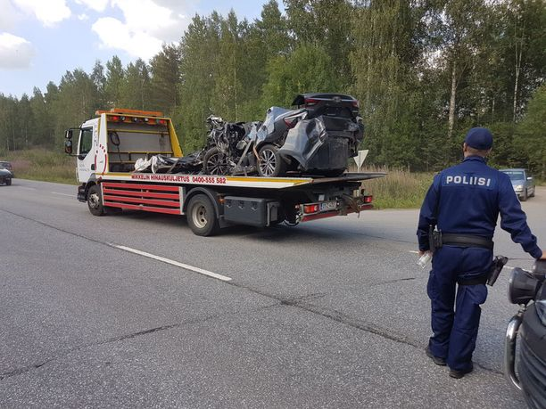 Viranomaiset raivasivat pahoin ruhjoutuneita kolariautoja Mäntyharjun onnettomuuspaikalla heinäkuussa.