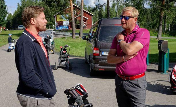 Kimmo Timonen vaihtoi kuulumisia Mikael Piltzin kanssa.