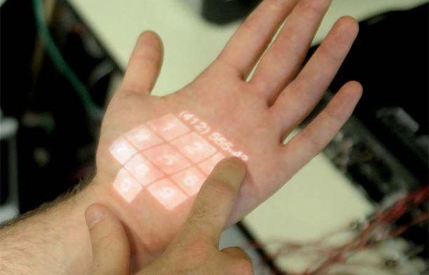 Skinput-laitteella voidaan heijastaa kädelle esimerkiksi taskulaskin.