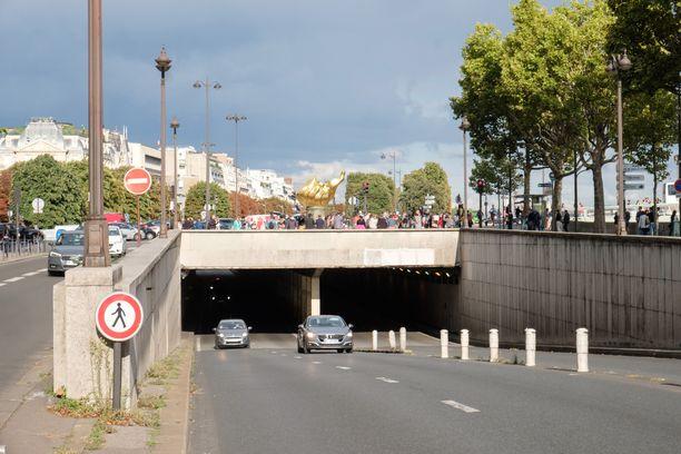 Prinsessa Diana ja Dodi Al-Fayed saivat surmansa, kun heitä kuljettanut auto törmäsi Pont de l'Alman tunnelin betonipylvääseen.