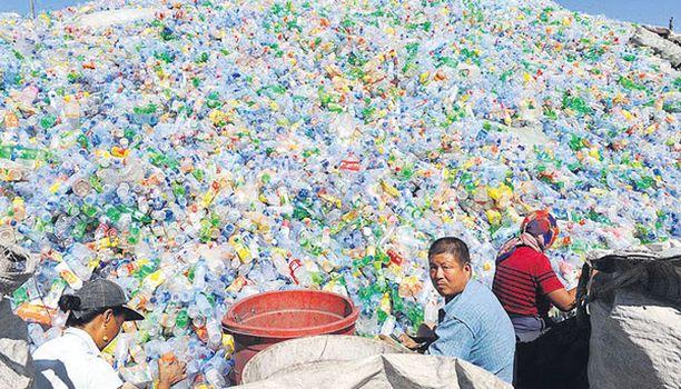 Loputon urakka Työt eivät pääse ainakaan tämän laman aikana päättymään näiltä ahkerilta kiinalaisilta, jotka lajittelevat kierrätykseen meneviä muovipulloja Shenyangin kaupungissa.