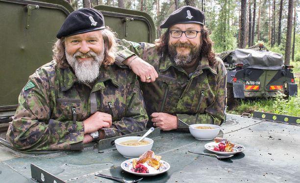 Saunomisen ohella Dave ja Simon perehtyvät Parolannummella Puolustusvoimien herkkuihin.
