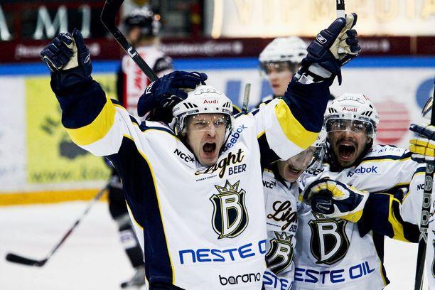 Vuonna 2010 Toni Mäkiaho tuuletti sittemmin liigakartalta kadonneen Bluesin paidassa. Nykyään hän valmentaa espoolaisseuran B-junioreita.