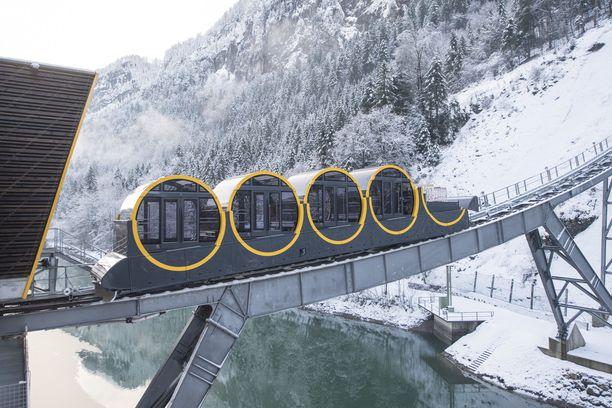 Funikulaareja on moneen lähtöön. Maailman jyrkintä rinnehissiä Sveitsin Stoosissa rakennettiin 15 vuotta.