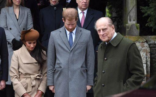 """Prinssi Philip käänsi selkänsä Harrylle - asiantuntijalta kylmäävä arvio: """"Hän ei pysty ymmärtämään"""""""