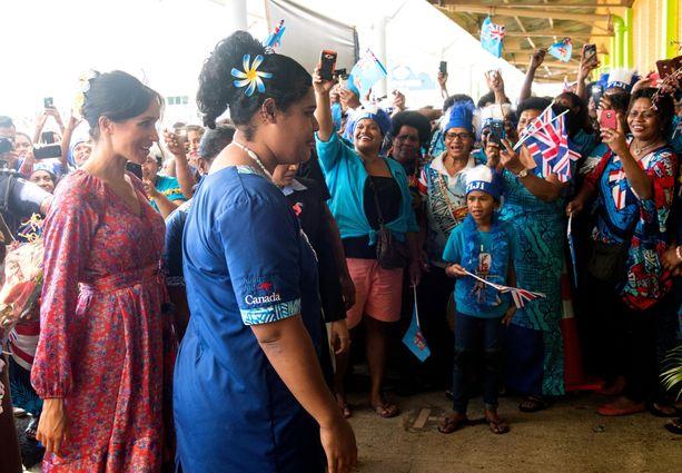 Meghan tapasi Suvan torilla fidziläisiä torimyyjiä.