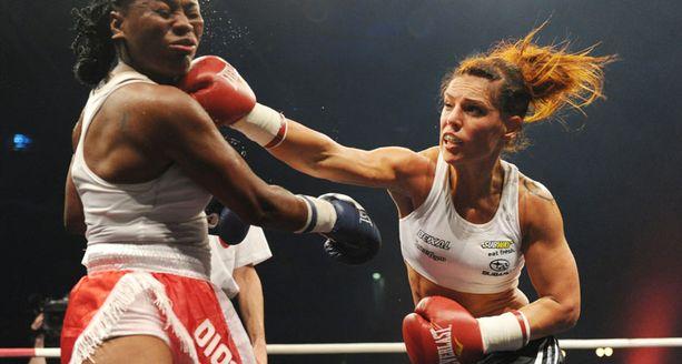 Eva Wahlström ei ole aiemminkaan pelännyt vastutajiaan. Kuvassa osumaa ottaa Marisol Reyes.