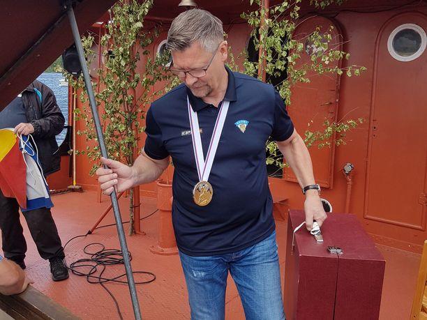 Jukka Jalonen toi MM-pokaalin lauantaina Puumalaan kookkaassa matkalaukussa.