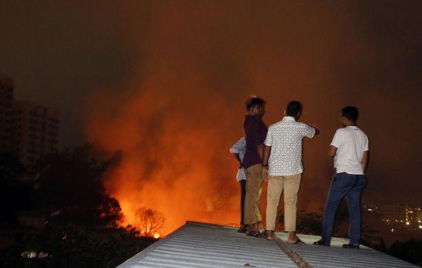 Chalantika-slummi Dhakassa joutui tulen armoille.